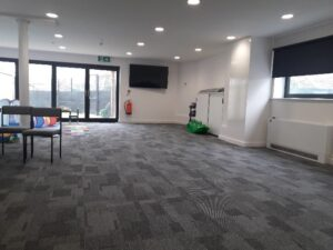 Large working space with grey carpet